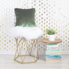 book side table -  dreaming in green #pantonegreenery  #coloroftheyear2017 #homestyling #homedecor #greenandgold #colorstory