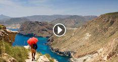 Coger el globo terráqueo y buscar el destino más exótico y lejano, con las playas de aguas más puras y los paisajes menos explorados por el hombre. ¿Quién no ha hecho eso alguna vez? Pero no hace falta irse tan lejos para descubrir el paraíso en la tierra. En esta ocasión, viajamos al Parque Natural del Cabo de Gata-Níjar, en Almería. De él se dice que es maravilloso y que su entorno es privilegiado tanto por las playas como por sus pueblos, alejados del feroz urbanismo que ha asolado la…