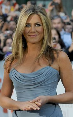 Jennifer Aniston Doesn't Blow-Dry Her Hair Very Often? Jennifer Aniston Style, Peinados Jennifer Aniston, Jennifer Aniston Photos, Jennifer Aniston Makeup, Jennifer Aniston Workout, Jeniffer Aniston, Jenifer Lawrence, New Short Hairstyles, Soft Summer