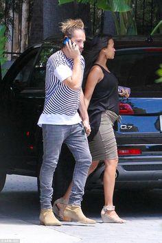 Nosee Rosee: Zoe Saldana Shows Off Baby Bump With Husband
