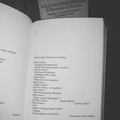 """Recuperiamo Giorno 15 della #LitBloggerUnitedOctoberChallenge Libro con le steghe.... Incipit di """"Macbeth""""  #libri #leggere #lettura #macbeth #williamshakespeare  #shakespeare #amoleggere #classici #libriovunque #libro #letteratura #cultura  #book #books #bookstagram #booklover #bookworm  #bookish #bookporn #bookaholic #picoftheday #instalike #instagood #instapic #picofthenight"""