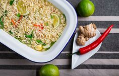 Noodles κοτόπουλο με chili τζίντζερ και σησαμέλαιο Oriental Food, Fried Rice, Hummus, Risotto, Noodles, Fries, Ethnic Recipes, Macaroni, Noodle