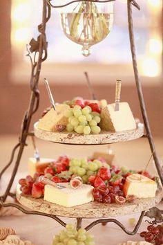 ¡ Una barra de quesos acompañada de frutas será el maridaje perfecto para tus invitados !