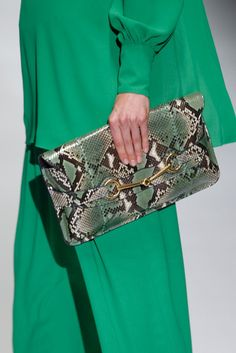 Gucci SS 2013 - Milan Fashion Week #Trends #Tendencias #Fashion #Moda #SnakePrint #Serpiente #Clutch #Bolso #Accesorios Complementos Black Gucci Purse, Best Handbags, Women's Handbags, Gucci Purses, Green Pants, Animal Fashion, Latest Fashion Trends, Milan Fashion, Classy And Fabulous