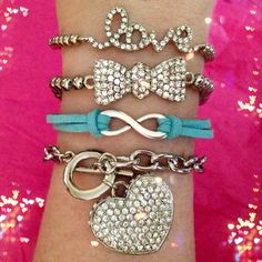 Gorgeous set comes with bracelets pictured.