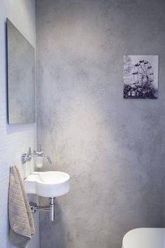 KOMPAKT: Boligen har et adskilt toalett. Veggene er dekket av murpuss og mosaikk.