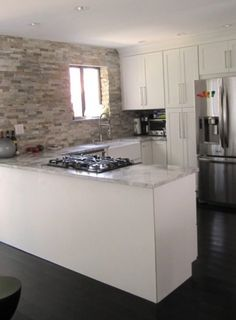 Contemporary Kitchen Full Tile Wall Cooktop in Peninsula Shaker Kitchen, Kitchen Cabinet Design, White Contemporary Kitchen, Kitchen Cabinets, Contemporary Kitchen, Kitchen Layout, Wood Floor Kitchen, Open Kitchen Layouts, Kitchen Design