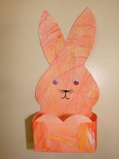 D'abord les enfants ont gribouillé une feuille blanche de papier épais avec des crayons aquarellables. Ensuite, ils ont frotté la feuille...