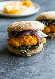 This vegan cauliflower steak burger is a delicious way to transform vegetables into a savory and healthy meal. A gluten-free alternative to veggie burgers. Dairy Free Recipes, Veggie Recipes, Whole Food Recipes, Cooking Recipes, Gluten Free, Burger Recipes, Cauliflower Steaks, Vegan Cauliflower, Vegan Vegetarian