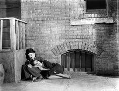 Charlie Chaplin et Paulette Goddard dans la rue