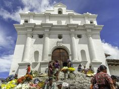 DÍA DE MERCADO - Vendedoras de flores frente a la Iglesia de Chichicastenango. MARKET DAY - on Thursdays women sell flowers in the church steps in Chichicastenango, #Guatemala. #robdesphoto #travel  #tbt #tt  #travelling #travels #mayan  #flowers #church