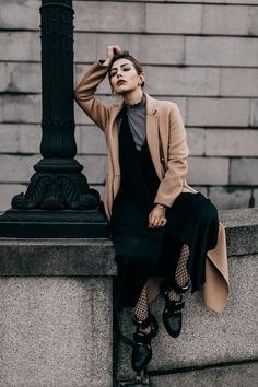 fashion inspiratie How to: wear a summer dress in Winter Fashion Photography Poses, Fashion Photography Inspiration, Fashion Poses, Photoshoot Inspiration, Photography Women, Fashion Shoot, Editorial Fashion, City Fashion, Modeling Photography