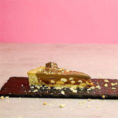 Kochvideo zum einfach nachkochen: Du liebst Snickers-Riegel und kannst gar nicht genug von Karamell, Schokolade und Nüssen bekommen? Dann ist diese Tarte genau