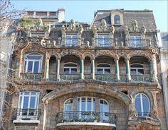 Immeuble Lavirotte Grouillante de végétaux et d'êtres vivants en tous genres, cette façade parisienne est au premier abord un peu déstabilisante : aujourd'hui classée monument historique, elle a été conçue en 1900 par l'architecte Jules Lavirotte qui en a fait un nouveau témoin de son penchant pour l'Art nouveau et ses lignes courbes. À l'époque, cet entrelacs énigmatique de fleurs, motifs, personnages et animaux divise : alors que certains s'indignent face à ce qu'ils interprètent comme des…