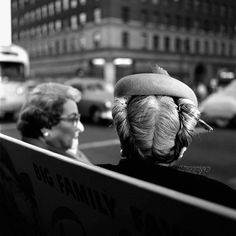 Fascinating Black and White Photographs Capture Street Scenes of New York City in the by Vivian Maier ~ vintage everyday City Photography, Photography Women, Portrait Photography, New York Photographie, Vivian Maier Street Photographer, The Nanny, Vivian Mayer, Chicago, Black And White City
