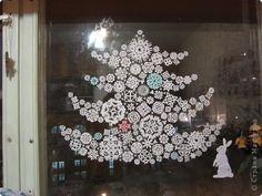на окне рисунки из снежинок. клеить на мыло