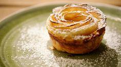De inspiratie voor deze gebakjes vond Jeroen op het internet, maar hij maakte er een eigen versie van. De appelroosjes zien er geweldig uit en zijn heel gemakkelijk om te maken. Een perfect nagerecht voor een doordeweekse dag.