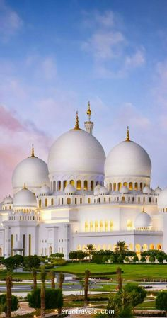 Visiting the Grand Mosque should be on your list when you plan a trip to Abu Dhabi. Travel Highlight: Sheikh Zayed Grand Mosque in Abu Dhabi Islamic Images, Islamic Art, Beautiful Architecture, Beautiful Buildings, Beautiful Mosques, Beautiful Places, Abu Dhabi, Places Around The World, Around The Worlds