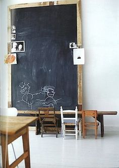 Children's room - Oversized chalkboard & wooden chairs - Via The City Sage Casa Kids, Blackboard Wall, Framed Chalkboard, Vintage Chalkboard, Chalkboard Drawings, Chalkboard Lettering, Chalkboard Ideas, Kids Workspace, Deco Kids