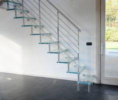 Modell Flyer Formstep Treppen Fleyer Glass Eine Treppe Mit Glasstufen Und Geländer In Edelstahlausführung Poliert Wand Befestigt
