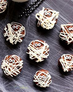 These Mummy Brownies are perfect for Halloween. They'll scare up a good time and they're so easy to make! The perfect kid-friendly party treat! Halloween Desserts, Halloween Snacks For Kids, Easy Halloween Food, Halloween Appetizers, Cute Halloween, Halloween Treats, Halloween 2020, Holiday Treats, Holiday Decor