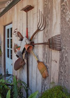 of how to take your old rusty garden tools and turn them into an awesome wre., DIY of how to take your old rusty garden tools and turn them into an awesome wre., DIY of how to take your old rusty garden tools and turn them into an awesome wre. Old Garden Tools, Rusty Garden, Garden Yard Ideas, Garden Crafts, Lawn And Garden, Gardening Tools, Garden Deco, Garden Sheds, Garden Tool Organization