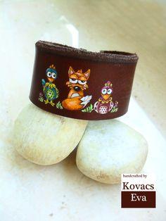 Kézzel festett bőr karkötő csirkékkel és rókával. Hand-painted leather bracelet with fox and chickens.