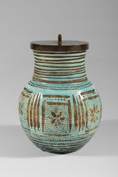 JEAN BESNARD (1889-1958) Ovoid shaped stoneware lamp enamelled blue with incised decoration.Signed «Jean Besnard». Circa 1930. H : 13 3/4 Diam : 10 in.