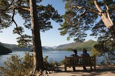 Derwent Water Foreshore is close Keswick in the Lake District with level walks and beautiful views of Cat Bells. Lakeside Shopping, Lake District Holidays, Great Places, Places To Go, Canoe Trip, Castle, England, Water, Travel
