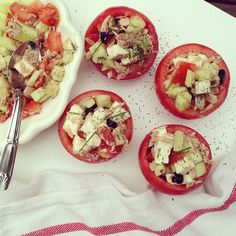 videz des tomates, les retourner et les laisser égoutter sur du solapin pendant ce temps preparez la garniture, couper en petits dés un comcombre, une mozzarella, des olives, les chapeaux des tomates, ajouter du thon, vous pouvez aussi le faire avec du saumon fumé, féta, poivrons, riz, blé ect, mettre un jus de citron, un filet d'huile d'olive, salez poivrez, ajouter de la ciboulette, des herbes et remplir les tomates