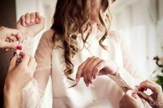 En Cruz Temprado nos gusta mimar a nuestras novias y por eso cuidamos hasta el último detalle de sus vestidos para que el día de su boda sea efectivamente, el día más bonito de su vida. Aquí tenéis una muestra de ello. Puños largos en valenssie con botonadura. Porque los detalles cuentan en Cruz Temprado.