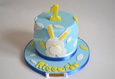 Torta per il Primo Compleanno: con coniglietto2D ed elementi decorativi interamente modellati a mano e personalizzati