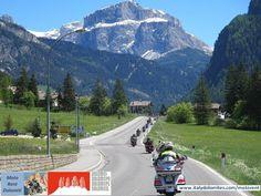 De moto pelas Dolomitas! As estradas das Dolomitas com muitos trechos com altura acima de 2.000 metros, oferecem grandes vistas destas belíssimas montanhas. Para muitas pessoas estas montanhas são as mais bonitas do mundo, certamente as Dolomitas são as mais magníficas da Europa: em todo o caso, são absolutamente únicas! Criamos um roteiro único para os motociclistas que queiram passear por estas paisagens encantadoras!   #dolomitas #viajardemoto #alugueldemoto