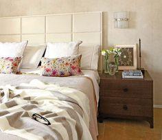 Un #piso con #jardín #urbano #dormitorio #cama #mesilla