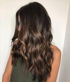 color de pelo de balayage rico de caramelo morena