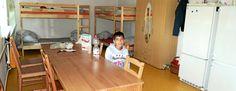 Ein Blick in das Zimmer der Familie Ajany. Ahmad sitzt am Tisch Auch gegenüber stehen Doppelstockbetten. Foto: Ina Renke
