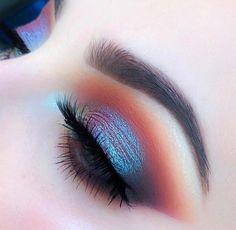 Maquiagem holográfica com esfumado marrom. Pinterest: @giovana
