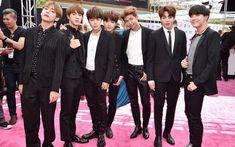 Đặc biệt V chính là thành viên được tạo chí Vogue bình chọn là người có sự kết hợp trang phục đẹp nhất trong BTS.