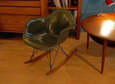 Rocking chair Eames en fibre de verre, édition vintage Herman Miller, vers 1950.