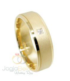 Mempersembahkan cincin cantik berbahan emas kuning dengan kadar 75% ke hadapan anda. Cincin Kawin Abhista ini menjadi koleksi cincin single kami yang populer. Desain yang sederhana padu dengan warna mewah emas kuning. Sentuhan finishing doff dan kilap kami sempurnakan dengan tambahan batu zircon