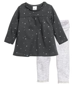 Dark gray/stars. CONSCIOUS. Jersey set with a dress and leggings in soft organic cotton. Patterned, long-sleeved dress with snap fasteners on shoulders.