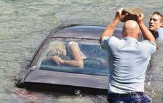 Policial quebra vidro de carro e salva mulher de se afogar; assista resgate