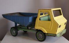 Geweldig accessoire voor op de kinderkamer: een vintage vrachtwagen uit jaren '30 of '40? Ziet er sfeervol, gebruikt uit. Verkeert in goede staat. De laadbak kan kieperen. Echt een collectorsitem of hebbeding! Prijs: 50 euro.