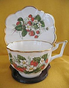 Salisbury Strawberry Ripe Cup and Saucer, reminds me of my mama's kitchen :-) Strawberry Patch, Strawberry Shortcake, Strawberry Tea, Strawberry Kitchen, Strawberry Recipes, Tea Cup Saucer, Tea Cups, Strawberry Pictures, Red Kitchen