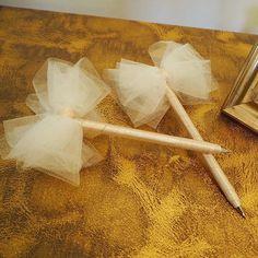 * おしゃれ花嫁さまにピッタリな白のチュールにオフホワイトのサテンリボンのボールペンです。前も後ろもフワフワリボンです•*¨*•.¸¸♬ * プレ花嫁さま、お仕事でお忙しい花嫁さま、ネイルサロン等サロンでお仕事されている方に受付が華やかになるアイテムです♡ * 挙式中の結婚誓約書のサインも可愛いウェディング仕様のペンにすると気分もさらに幸せですょ❤︎ * これから結婚式を控えてる友人にプレゼントした際もとても気に入ってくれて挙式のサインペンにもしてくれるとのことでした(*´˘`*) * 結婚式を終えた今、こんなの欲しかったし作りたかったな♡と思えるお品をハンドメイドで1つ1つ丁寧にお作りしております。 * 【リボンチュールペン】 ペンの中身は安心のZEBRAのボールペンを使用しております◡̈♥︎ 1本送料込 1200円 2本送料込 2000円…こちらの方がお得です♡ * ※ハンドメイドが気になる方はご遠慮ください。 ※ご購入希望の方はDMお願いします。 ※非公開の方はお断りさせていただきますので、どうかご了承くださいませ。…