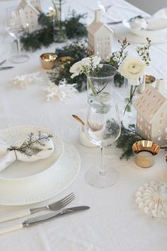 JULENS BORDDEKNING MED HOUSE OF OSLO: Bordet hjemme hos meg er som oftest hvitt, og til jul passer det fint å bruke gull og grønt til. Friske blomster, vakkert servise og linservietter må med og serviset jeg har valgt er fra Wiik og Walsøe/Illums Bolighus. De fine gulldetaljene på porselenet tar jeg igjen i telyslyktene fra Skultuna/Illums Bolighus. Gullskjeen er også en fin detalj i saltkaret fra Habitat | Elisabeth Heier