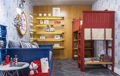 O espaço foi criado para um casal de gêmeos. Para diferenciar, Naomi Abe optou por uma cama de cada cor. O tapete cinza com linhas em azul claro traz ainda mais conforto e permite sentar e brincar no chão. Um quarto de dormir e se divertir