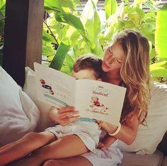 Stars als Leseratten: Gisele Bundchen schmökert mit Sohn Benjamin in einem Kinderbuch.