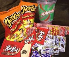 Snack Foods Diabetics Can Eat + Snack Foods For Football Party I Love Food, Good Food, Yummy Food, Sleepover Snacks, Night Snacks, Junk Food Snacks, Food Goals, Recipes From Heaven, Food Cravings