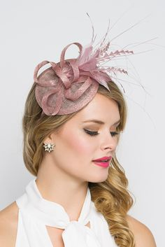This season, sophisticated fascinators stole the show on the runways. Fascinators can be a little intimidating. But this cute little fascinator will help you overcome that fear. It perfectly lands the look, thanks to its mesh sinamay, frilly feathers and Blush Pink Fascinator, Fascinator Headband, Fascinators, Sinamay Hats, Wedding Hats, Headpiece Wedding, Facinators Wedding, New Years Eve Outfit Ideas Winter, Wedding Accessories